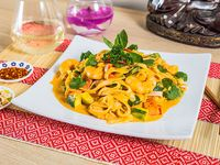 Fideos panang con curry de camarones