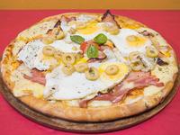 Pizza con queso cheddar, panceta y huevo