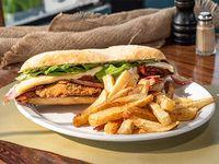 Sándwich de pollo crispy con guarnición