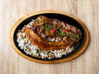 Carne de res encebollada, arroz con guandú y tajada