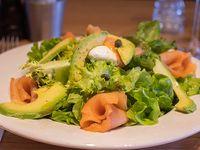 Ensalada de salmón ahumado & verdes con palta, huevo, alcaparras y vinagreta cítrica.