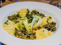 Ensalada cous cous y vegetales asados con calabacín, berenjenas, hinojo, garbanzo y pesto