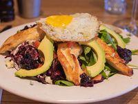 Ensalada de pollo asado y queso azul con radicchio, palta, tomates, huevo y mermelada de arándanos