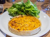 Trata de calabaza con miel, maíz y gratin de queso con mezclun de verdura