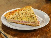 Tarta de jamón y queso con ensalada de verdes