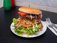 Burger de doble carne, tocino, huevo, queso, jamón, lechuga, tomate, cebolla y salsas