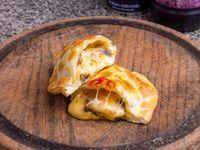 Empanada de champignon, queso y nuez