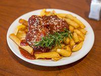 Bondiola a la BBQ con canasta de batatas fritas
