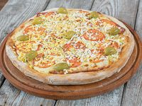 Pizza mozzarella con tomate, jamón y huevo