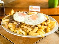 Chorrillana con carne, cebolla, papas fritas y huevo (para 2 a 3 personas)