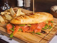 Sándwich de salmón con guarnición