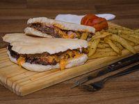 Hamburguesa de cheddar y bacon (pican 2) + papas fritas