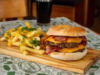 Hamburguesa La Paz conCheddar y Panceta doble con fritas