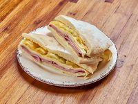 Sándwich argentinisimo en pan árabe