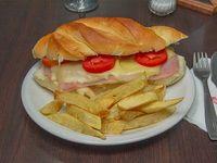 Sándwich napolitano con papas fritas