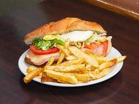 Sándwich Santo con papas fritas