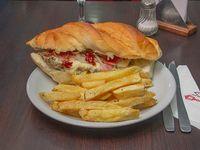 Sándwich barbacue con papas fritas