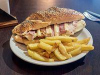 Sándwich tiara con papas fritas