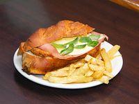 Sándwich monumental con papas fritas