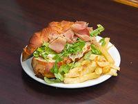 Sándwich prosciutto con papas fritas