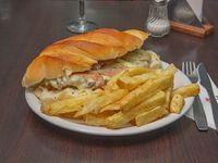Sándwich Borges con papas fritas