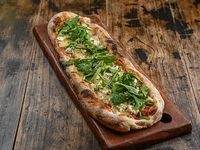 Pizza con muzzarella, queso cabra y rúcula