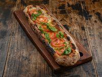 Pizza con muzzarella, tomates frescos y albahaca