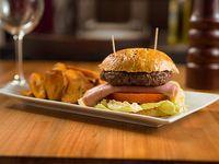 Burger casera con boniatos o papas fritas