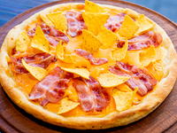Pizza con cheddar, panceta y nachos