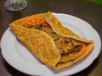 Panqueque salado con berenjenas, palta y tomate