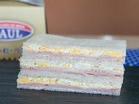 Sándwiches triples de jamón y huevo