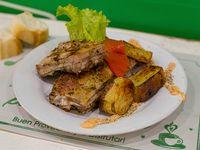 Matambrito de cerdo con batatas fritas y salsa criolla
