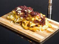 Papas fritas con cebolla caramelizada y salsa de queso