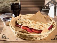 Combo 9 - Piadina con salame, queso mozzarella, tomates + bebida + postre