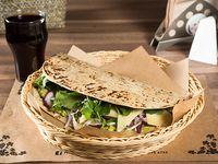 Combo 5 vegetariano - Piadina con queso de cabra, cebolla morada, palta y rúcula + bebida