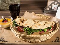 Combo 1 - Piadina con prosciutto, mozzarella, tomates y rúcula + bebida