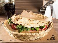 Combo 7 - Piadina con prosciutto, mozzarella, tomates y rúcula + bebida + postre