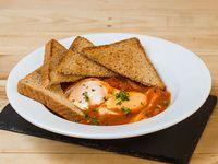 Huevo al rancho sobre salsa fresca de tomate