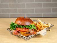 Bacon cheddar burger con papas fritas