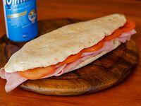 Sándwich de milanesa a la napolitana en pan de pizza