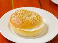 Bagel con queso crema