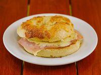 Bagel tostado de jamón y queso