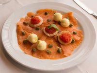 Salmón ahumado con rúcula y tostadas con caviar rojo