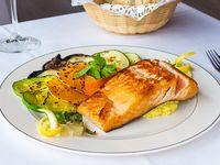 Salmón rosado grillé con verduras grilladas