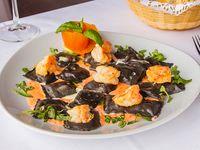 Ravioles negros en salsa de mariscos