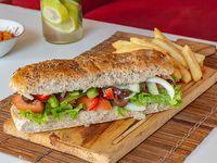 Sándwich nuestra huerta vegetariano raw con porción de papas fritas