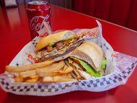 Sándwich de chivito Rex + papas fritas