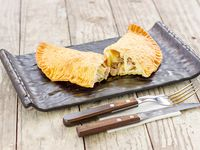 Empanada grande de queso y pulled plateada