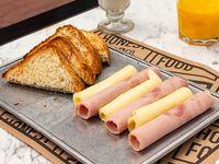 Toast - Café o té con leche + tostadas + rolls de jamón y queso + exprimido de naranja