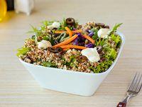 Ensalada de mix de verdes, quinoa, queso crema, verduras al wok, aceitunas negras y almendras
